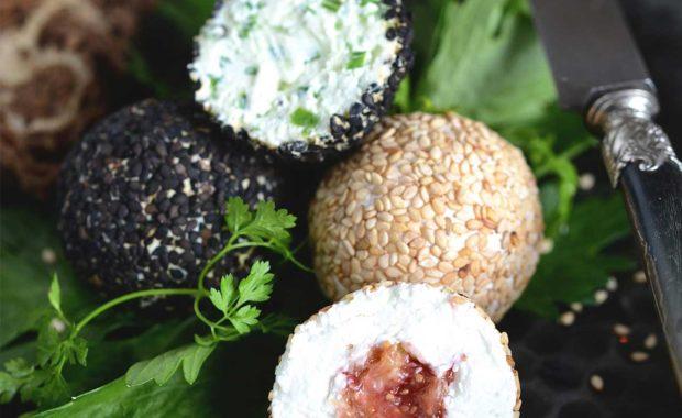 Truffes de chèvre noires ou blanches au sésame, ciboulette ou figue