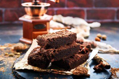 Brownie sans cuisson, au chocolat, dattes et noix bio