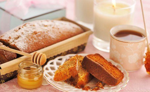 Cake et pot de miel